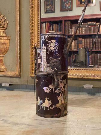Indochine, XIXème siècle.  Pipe en bois et incrustations de nacre, embout en bambou (cassé, à r
