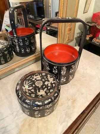Chine du sud, début XXème siècle.  Boîte à pique-nique à trois compartiments en bois laqué roug