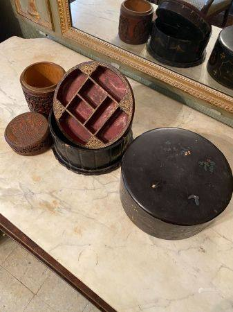 Chine, XXème siècle.  Deux boîtes .  L'une en bambou (haut : 16,3 cm, diam : 13,3 cm ) à décor