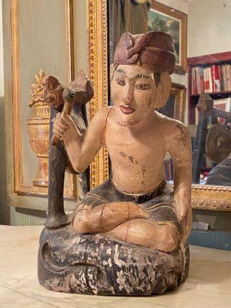 Asie du Sud Est, début XXème siècle.  Statuette représentant un musicien assis près de son gong