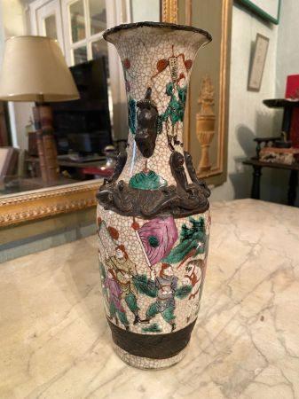 Chine, Nankin, fin XIXème siècle.  Vase en grès partiellement émaillé et craquelé à décor polyc