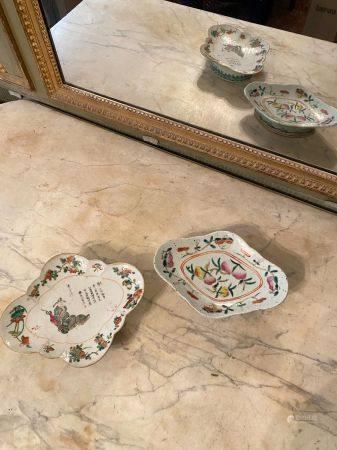 Chine, XIXème siècle.  Deux coupes en porcelaine émaillée polychromes.  L'une polylobée comport