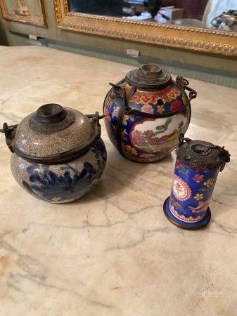 Chine, XIXème et XXème siècle.  Trois pipes en porcelaine à décor émaillé polychrome sur fond b