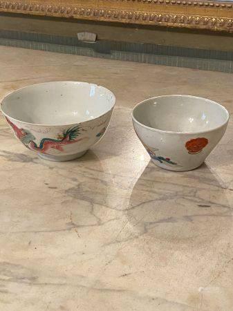 Chine, XIXème siècle.  Deux bols en porcelaine émaillée blanc et polychrome.  Décor de phénix e
