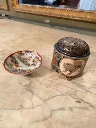 Japon, XXème siècle.  Lot comprenant une coupe en porcelaine de kutani à décor de femmes au jar