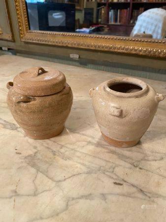 Chine, circa VIIème siècle.  Deux vases à petites anses latérales dont un couvert.  Grès émaill