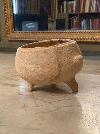 Pot tripode à large ouverture dont il manque le couvercle.  Terre cuite beige orangée.  Haut :