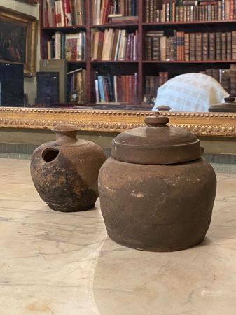 Chine, dynastie Tang (618-907) .  Deux pots en terre cuite brun orangé.  L'un couvert (haut : 1