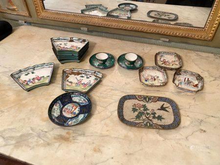 Chine, XVIIIème à  XXème siècle.  Lot de cuivre émaillé dont 8 coupelles à décor de personnages