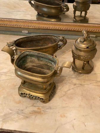Vietnam, XXème siècle.  Trois brûle-parfums en bronze doré.  L'un oblong comporte des anses chi