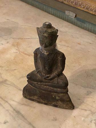 Thailande, Ayuthia XVIIème siècle.  Bouddha assis en méditation sur trône étagé.  Bronze à pati