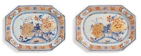 A Pair of Large Chinese Export Imari Chamfered Rectangular Platters, Qing Dynasty, Early 18th Century | 清十八世紀初  青花礬紅彩描金庭院花卉圖八方大盤一對
