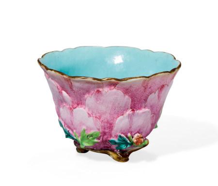 清 乾隆 粉彩桃实花型杯