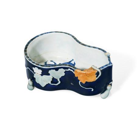 清 十八世纪 蓝釉堆白葫芦形笔洗