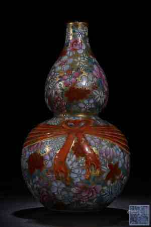 FAMILLE ROSE AND GILT 'FLOWERS AND RIBBON' DOUBLE GOURD VASE
