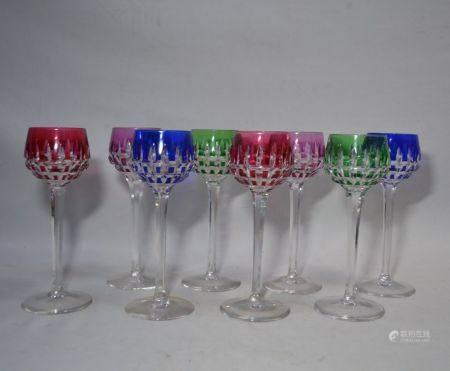 SAINT LOUIS Suite de huit verres en cristal de couls, signés de la pastille ronde H.: 20.5 c