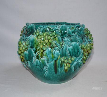 Important CACHE POT en faïence à glaçure turquoise de pampres Début XXème H.: 38.5 cm D.: 53 cm