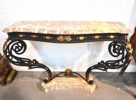 ANNEES 1940-50 Console galbée en fer forgé patiné et doré à décor d'enroulements, feuillages et