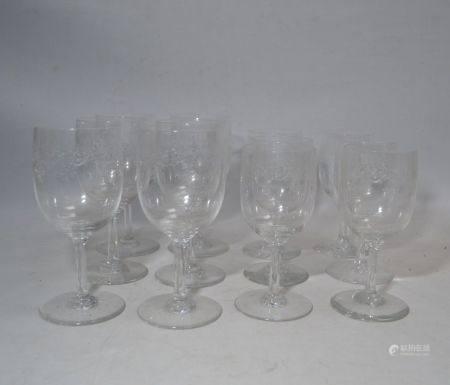 BACCARAT Service de verres en cristal à décor gravé, comprenant: - six grands verres - six peti