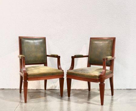ANNEES 1940-50 Paire de fauteuils en bois naturel sculpté et mouluré, les pieds avants en gaine