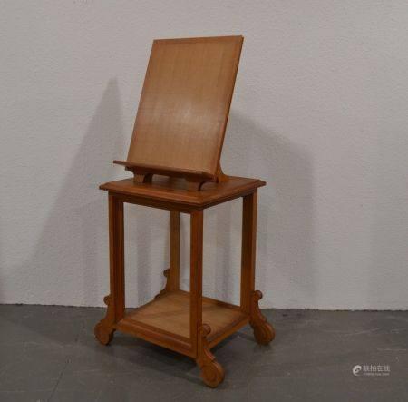 ANNEES 1940-50 Pupitre ou table de présentation en chêne sculpté et mouluré, la partie basse à