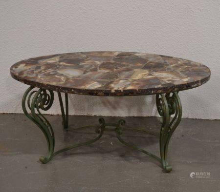 ANNEES 1940-50 Table basse de forme ovale, le piètement en fer forgé laqué vert, le plateau en