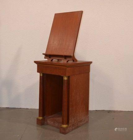 ANNEES 1940-50 Pupitre de bibliothèque formant table de présentation en bois naturel mouluré et