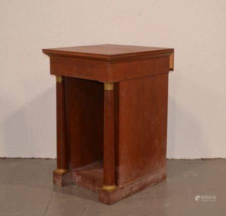 ANNEES 1940-50 Pupitre de bibliothèque en bois naturel mouluré et bois de placage, à colonnes d
