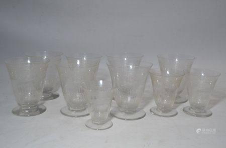 BACCARAT Service de verres en cristal gravé, comprenant: - sept grands verres - deux verres moy