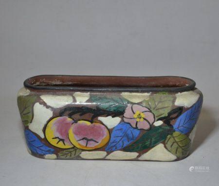 JARDINIERE en grès émaillé polychrome à décor de fruits et feuillage, signée H.: 10.5 cm L.: 26