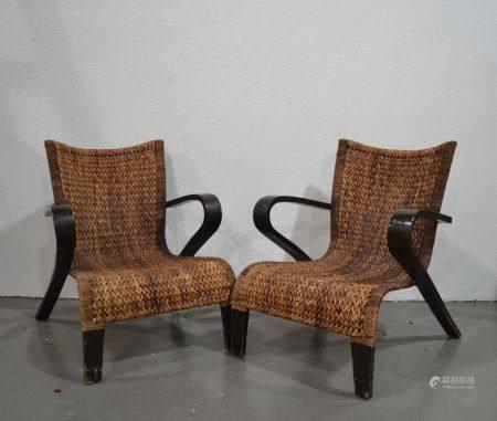 Paire de FAUTEUILS bas en bois peint et métal, l'assise et le dossier tressés XXème 83 x 89 x 7