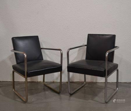 ANNEES 1930-40 Paire de fauteuils en métal tubulaire chromé, les assiess et dossiers garnis de
