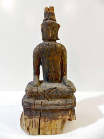 Bouddha en bois avec trace de laque assis, les 2 mains sur les genoux. Position originale. Trav