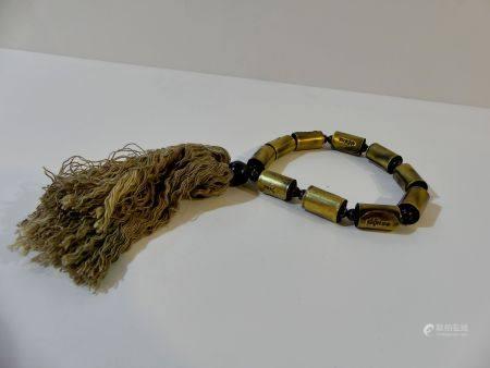 Intéressant bracelet composé de 10 cylindres gravés du nom de Luang Phu Suk en bronze avec perl
