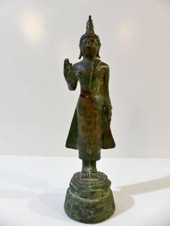 Rare Bouddha en bronze debout sur socle lotiforme, main gauche le long du corps et main droite
