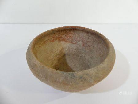 Pot en terre cuite à bords rentrés. Thaïlande : Lopburi. 1500 av.JC / 500 ap. JC. H. 7,5 cm x D