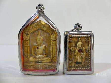 Lot de deux amulettes : Première amulette représentant le Bouddha Phra Jao Than Jai assis en mé