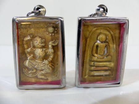 Lot de deux amulettes : Première amulette représentant Hanuman dansant dans une châsse. Thaïlan