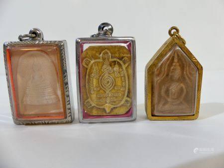 Lot de trois amulettes : Première amulette représentant Bouddha assis en méditation dans une ch