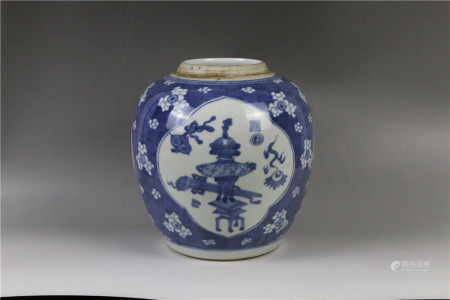 A blue and white jar with motif of one hundred antiques 青花博古图罐