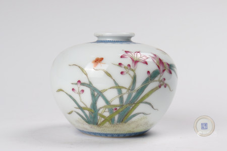 A famille rose water-pot with flowers 粉彩花卉纹苹果尊