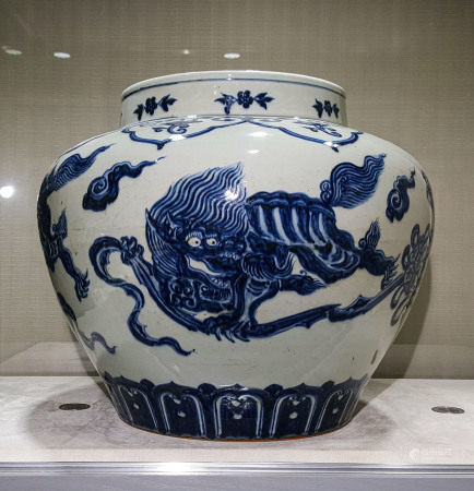 A CHINESE VINTAGE PORCELAIN JAR