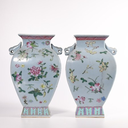 A pair of double ear bottles with famille rose pattern in Qing Dynasty