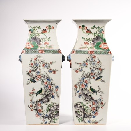 A pair of famille rose vase with flower and bird pattern in Qing Dynasty