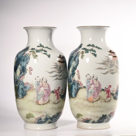 A pair of pink lantern bottles in Qianlong of Qing Dynasty