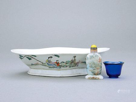 清 藍料素身小杯、70年代 粉彩故事人物海棠盤 連山水亭園煙壺