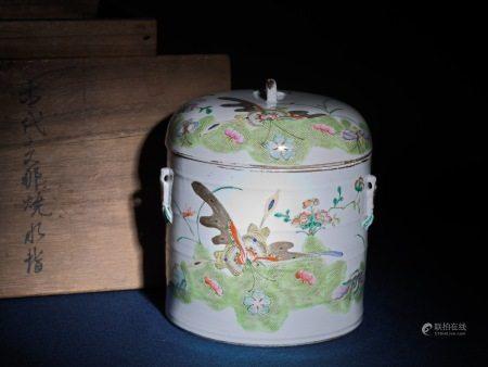 粉彩花蝶蓋罐 水指 A Chinese Famille Rose Porcelain Jar