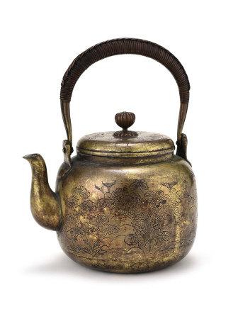 銅製花蝶紋菊鈕茶壺