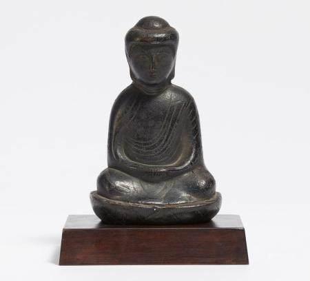 Relieffigur eines Buddha in Meditation auf Lotossockel