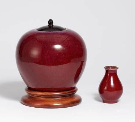 Kugeliges Gefäß und kleine Vase in Ochselblutrot